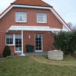 Terrassendach mit an die Hausdachneigung angepasstem seitlichem Walm