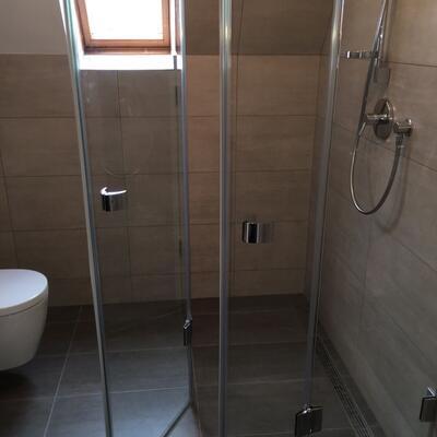 Dusche mit Ecktür