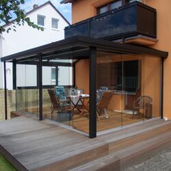 Glashaus und Balkongeländer
